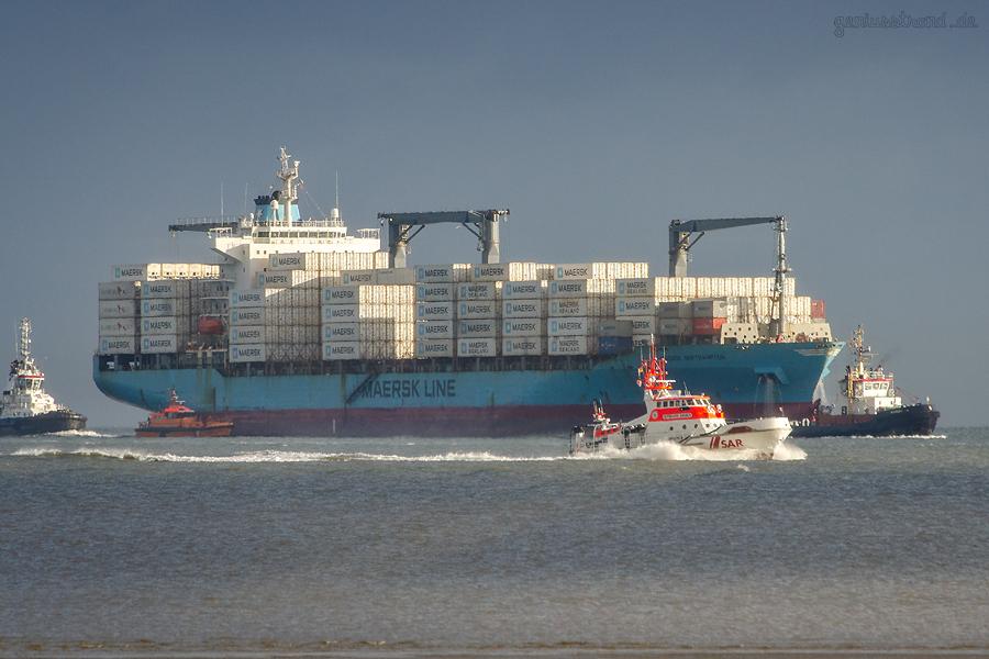 SCHIFFSANKUNFT WILHELMSHAVEN: Containerschiff MAERSK NORTHAMPTON und Seenorettungskreuzer BERNHARD GRUBEN einlaufend