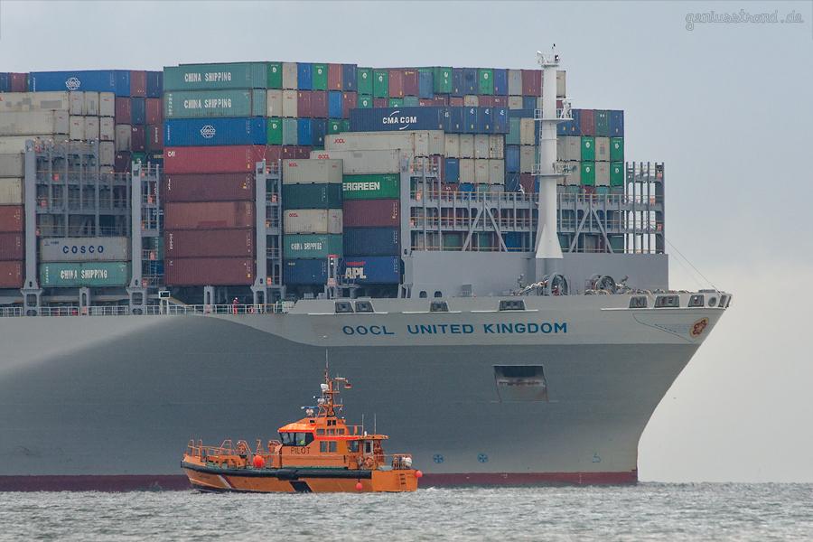 Schiffsankünfte am Jade-Weser-Port: Containerschiff OOCL UNITED KINGDOM einlaufend