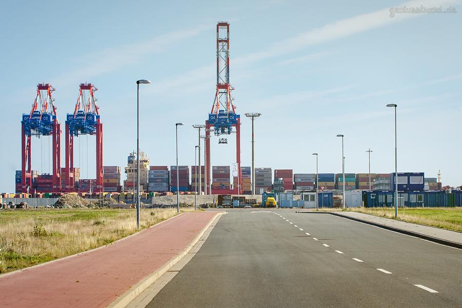Bilder vom JADEWESERPORT: Containerschiff MAERSK SENTOSA an der Kaje des Containerterminals (CTW)