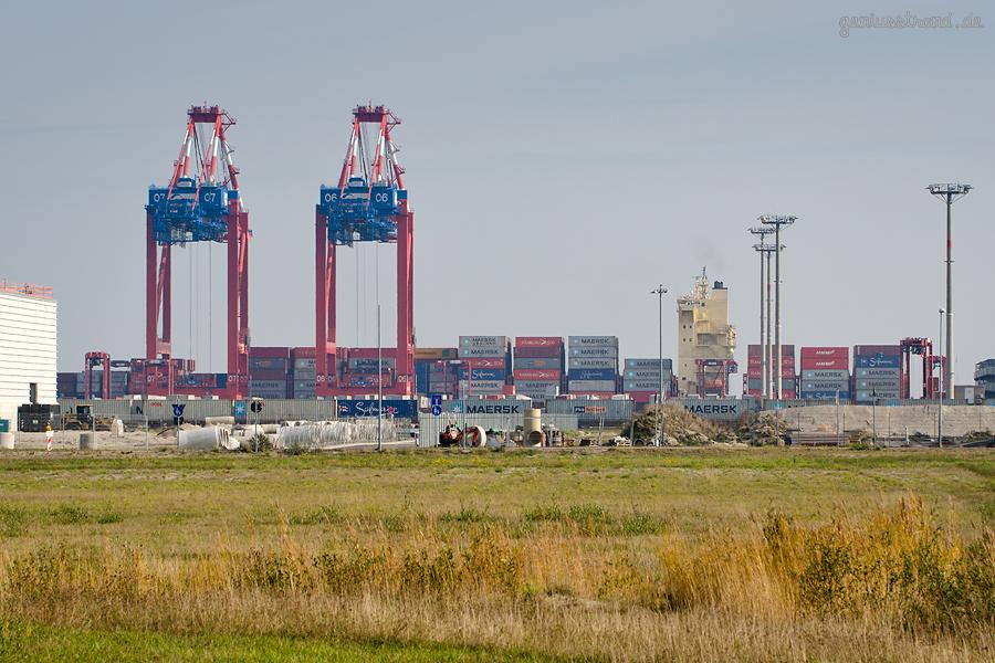 Containerschiff WIDE BRAVO am JadeWeserPort in Wilhelmshaven