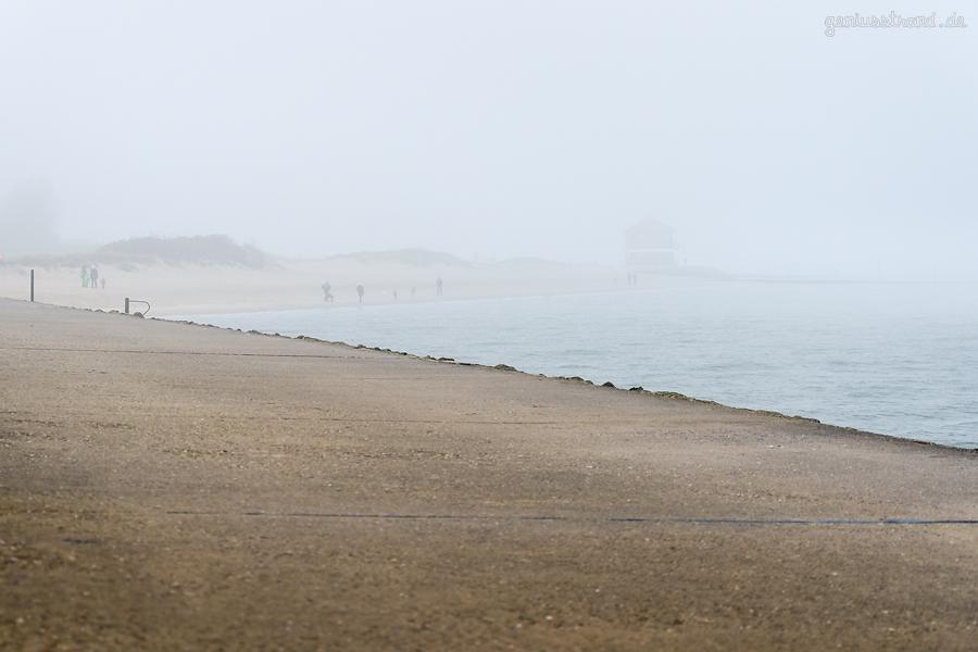 Der Hooksieler Strand im Herbst bei Flut und vom Nebel verhüllt