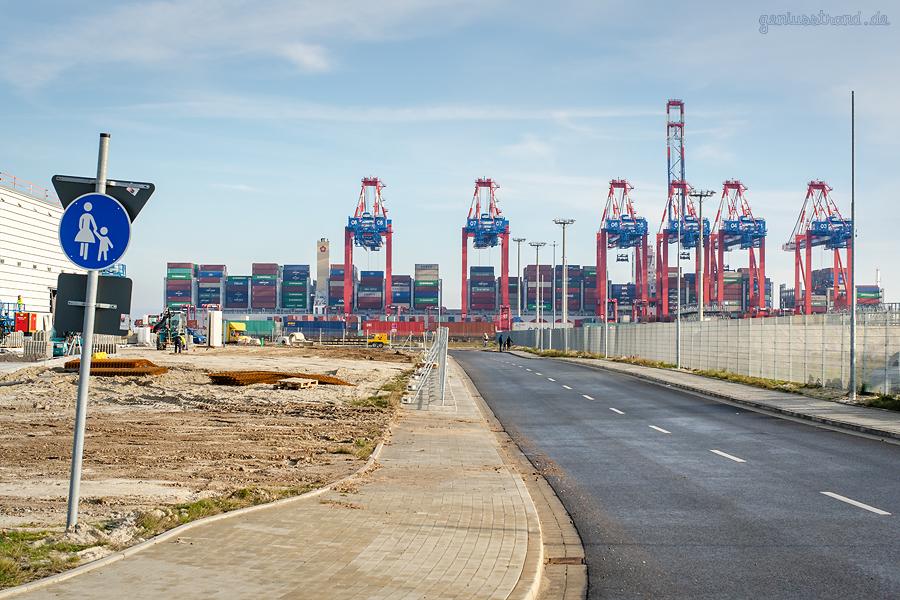 JADEWESERPORT: Containerschiff OOCL SCANDINAVIA (OOCL G-Klasse) wird abgefertigt