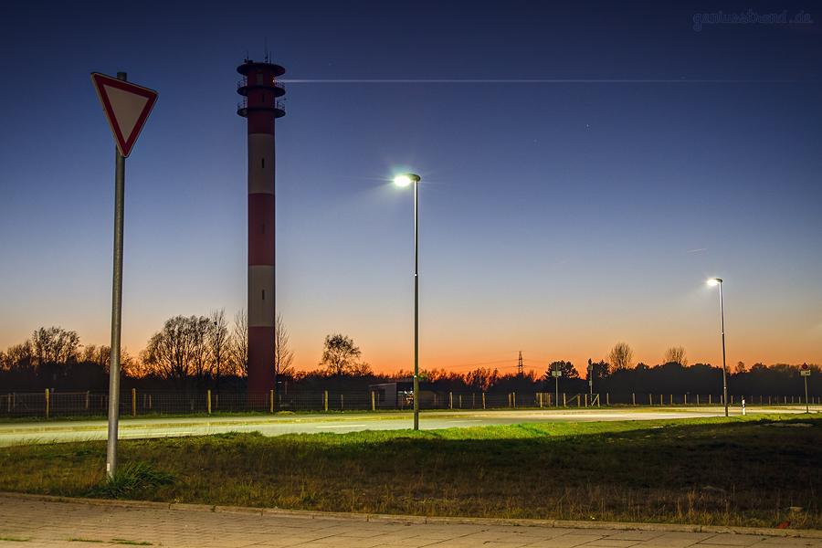 WILHELMSHAVEN: Der Leuchtturm OBERFEUER VOSLAPP am JadeWeserPort bei Dämmerung