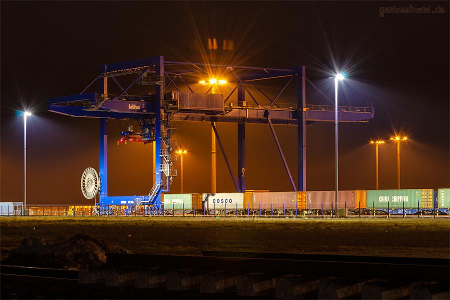 EUROGATE CONTAINERTERMINAL WILHELMSHAVEN (CTW): Nachtaufnahme der KV-Anlage