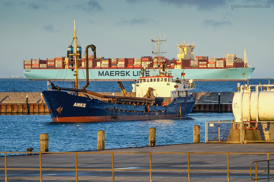 HOOKSIELER AUSSENHAFEN: Saugbagger ANKE und Containerschiff MUMBAI MAERSK einlaufend