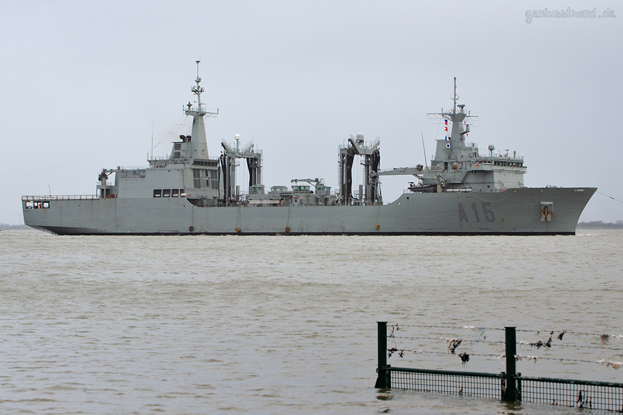 WILHELMSHAVEN SCHIFFSBILDER: Spanisches Versorgungsschiff CANTABRIA (A 15) einlaufend