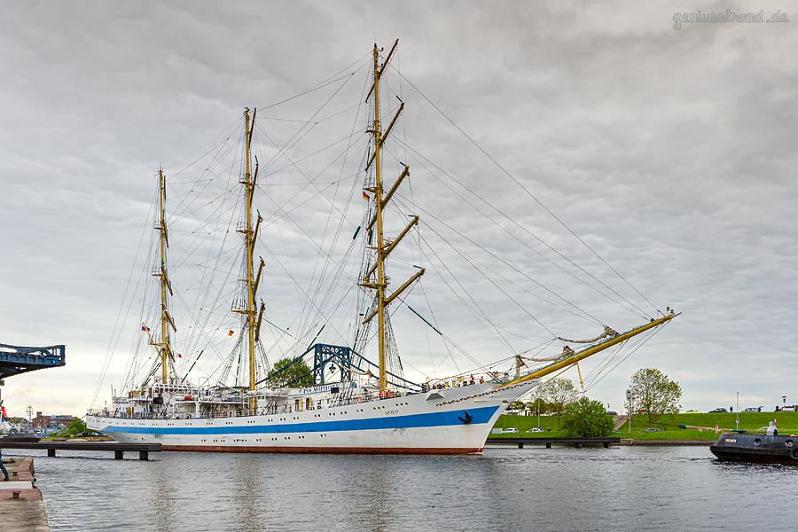 SCHIFFSANKÜNFTE WILHELMSHAVEN: Segelschulschiff MIR macht am Bontekai fest