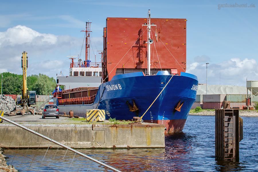 WILHELMSHAVEN NORDHAFEN: Frachtschiff SIMON B am Lüneburgkai