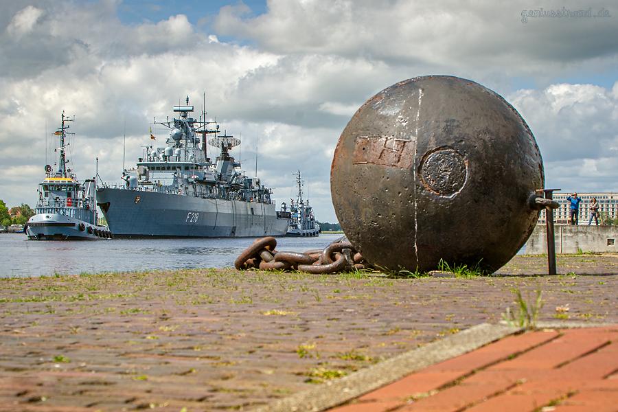 MARINE: Fregatte MECKLENBURG-VORPOMMERN fährt Schleife im Großen Hafen