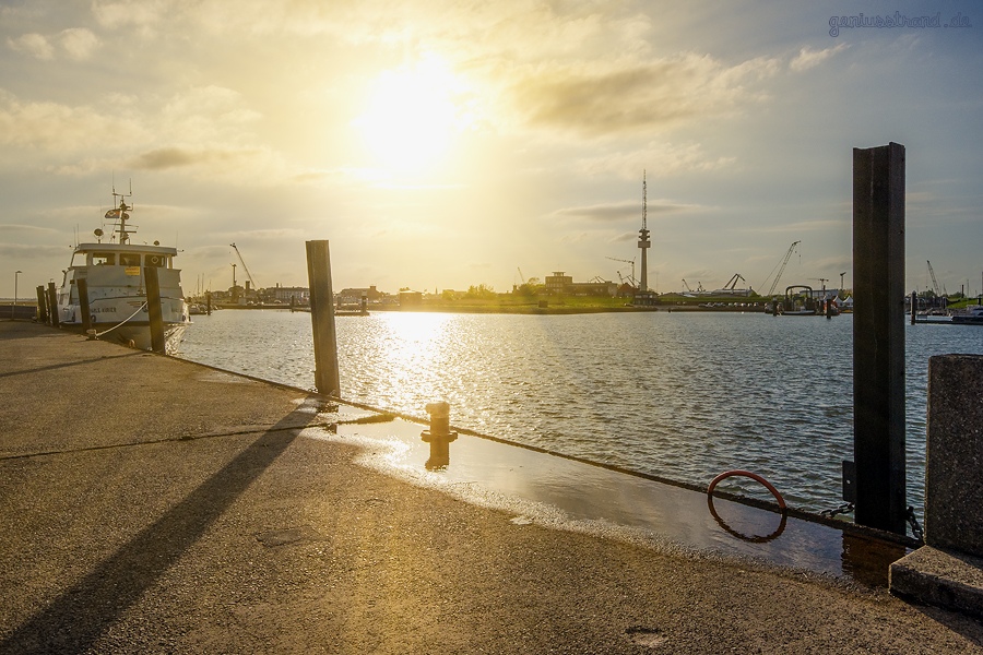 WILHELMSHAVEN SONNENUNTERGANG: Abendlicher Blick in den Nassauhafen