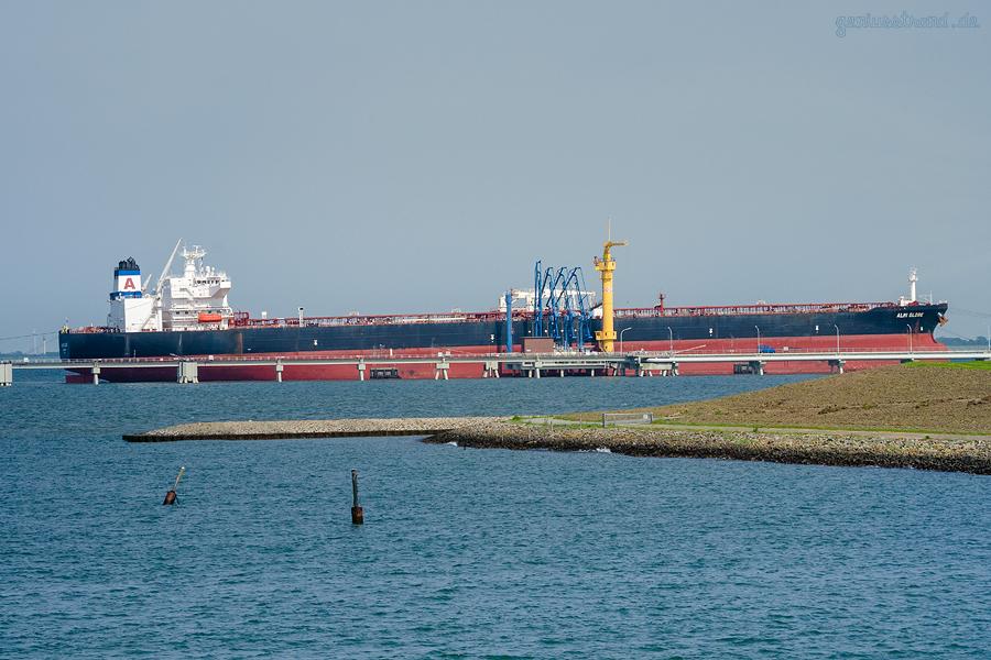 SCHIFFSANKÜNFTE WILHELMSHAVEN: Tanker ALMI GLOBE am Anleger Nr. 4 der NWO-Löschbrücke