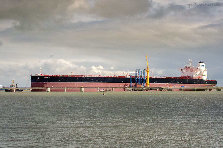 WILHELMSHAVEN: Supertanker PACIFIC M an der NWO-Löschbrücke Anleger Nr. 4