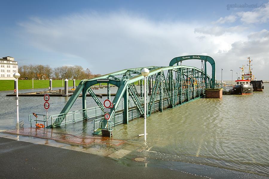WILHELMSHAVEN STURMFLUT: Nassau Brücke bei Hochwasser