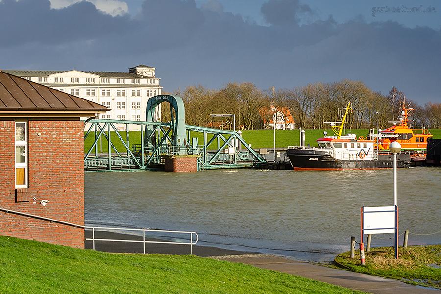 WILHELMSHAVEN STURMFLUT: Blick vom Deich Richtung Nassauhafen
