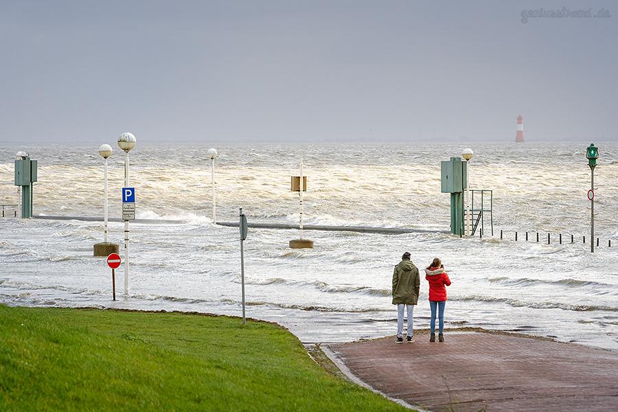 WILHELMSHAVEN STURMFLUT: Parkplatz auf der Seite des Wangeroogekais