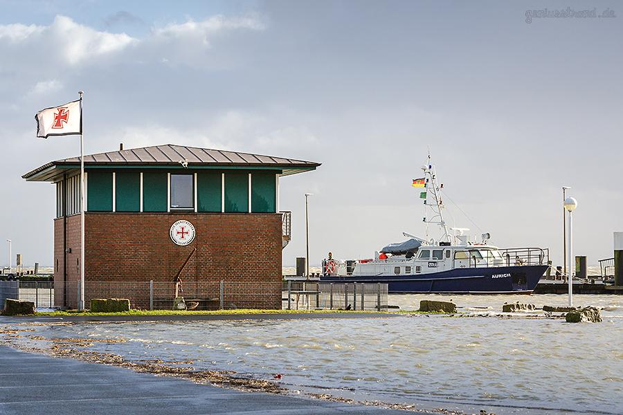 WILHELMSHAVEN STURMFLUT: DGzRS Gebäude und Zollboot AURICH an der Mittelbrücke