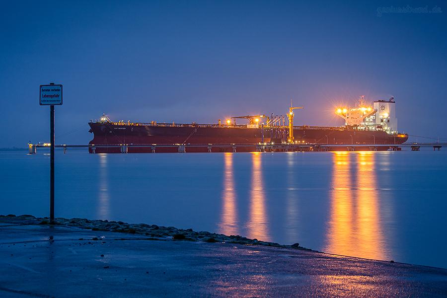 WILHELMSHAVEN ÖLHAFEN: Supertanker TRF HORTEN an der NWO-Löschbrücke (Anleger Nr. 4)