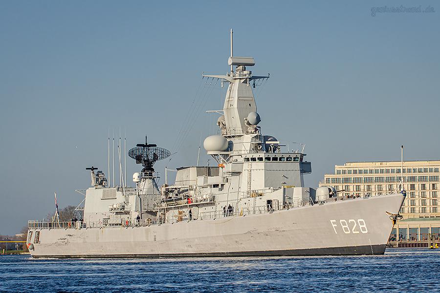 WILHELMSHAVEN: Fregatte HNLMS VAN SPEIJK (F 828) im Großen Hafen