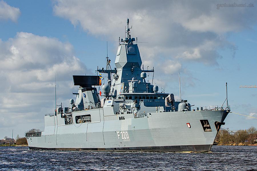 WILHELMSHAVEN: Fregatte HAMBURG im Großen Hafen beim Schleife fahren