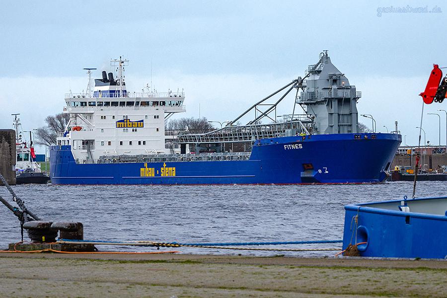 WILHELMSHAVEN: Selbstlöscher FITNES im schleust in den Nordhafen durch