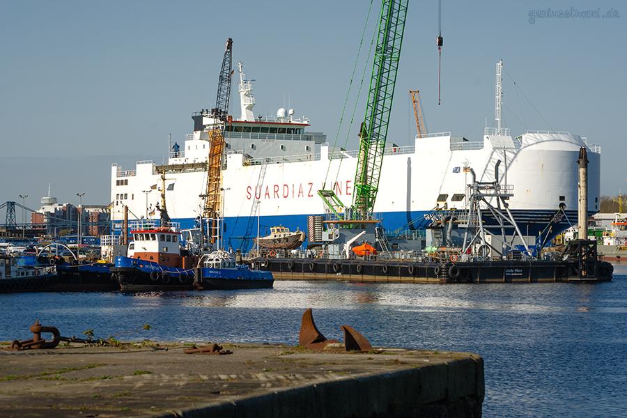 WILHELMSHAVEN JADE-DIENST KAI: Autotransporter GRAN CANARIA CAR lädt PKWs
