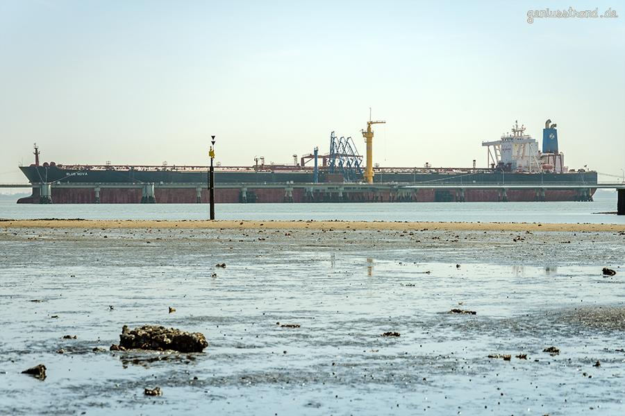 Supertanker BLUE NOVA im Ölhafen von Wilhelmshaven