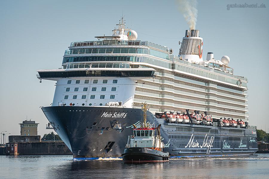 WILHELMSHAVEN: Das Kreuzfahrtschiff MEIN SCHIFF 6 macht am Hannoverkai fest