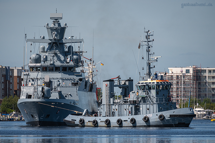 WILHELMSHAVEN: Korvette ERFURT (F 262) fährt Schleife im Großen Hafen