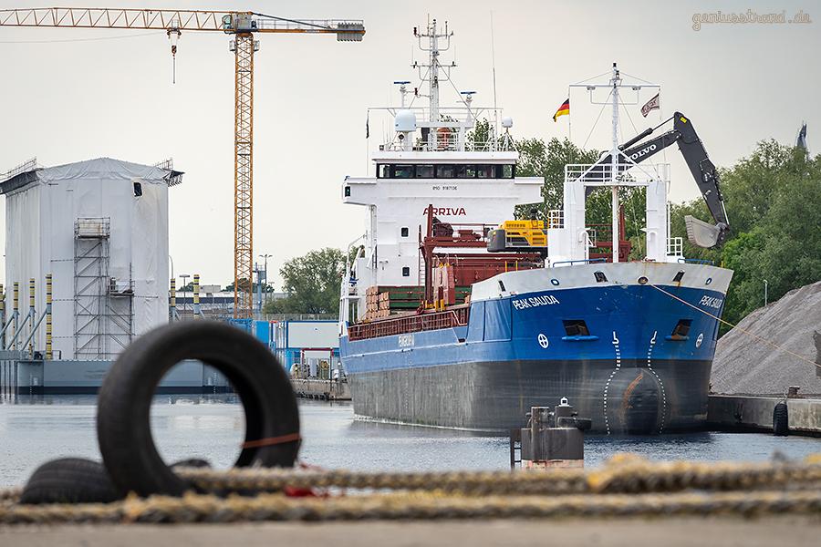 WILHELMSHAVEN ROVA-MIX-KAI: Frachtschiff PEAK SAUDA löscht Mineralgemische