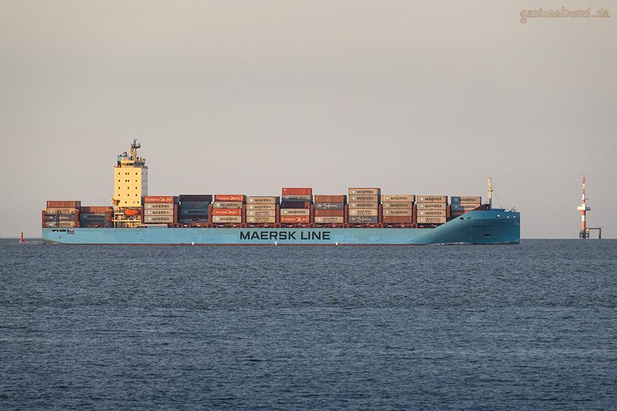 Schiffsankünfte JadeWeserPort: Containerschiff VAGA MAERSK Höhe Radarturm Hooksielplate
