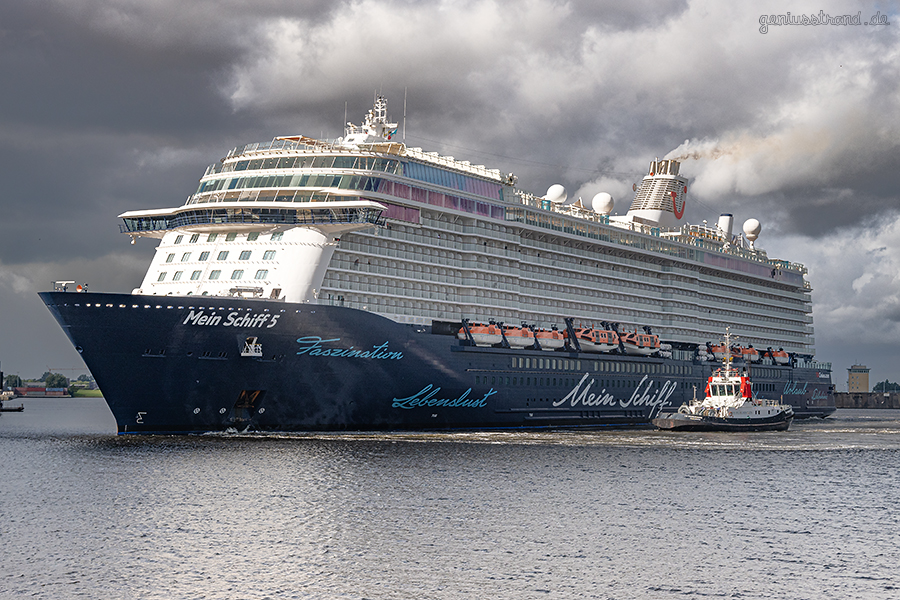 WILHELMSHAVEN: Das Kreuzfahrtschiff MEIN SCHIFF 5 und Schlepper WILHELMSHAVEN